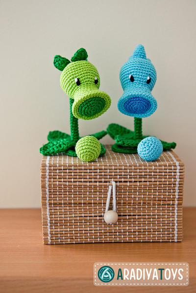 "Crochet Pattern of Peashooter and Snow Pea from ""Plants vs Zombies"""