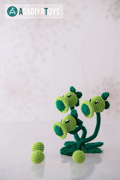 "Crochet Pattern of Threepeater from ""Plants vs Zombies"""