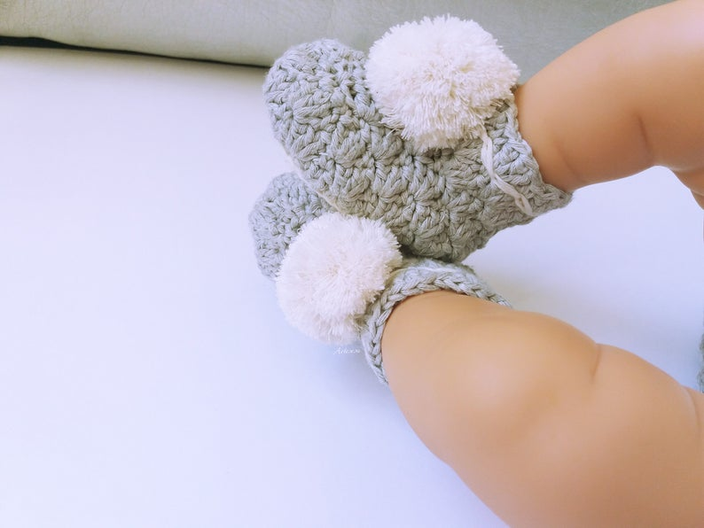 Newborn booties with pompom